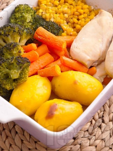 Бяло пилешко месо със зеленчуци на фурна - снимка на рецептата